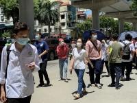 Thí sinh vượt nắng trên 40 độ C tham dự kỳ thi vào lớp 10 trường Nguyễn Tất Thành