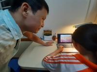 Phụ huynh đồng hành cùng con học trực tuyến trong mùa dịch